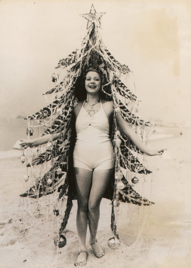 UNSPECIFIED - JANUARY 01: Beauty queen as Christmas tree: Girl in her bathing suit with Christmas tree dressing on a Californian beach. Photography, around 1930. (Photo by Imagno/Getty Images) [Schoenheitskoenigin als Christbaum: Maedchen in Badeanzug mit Weihnachtsbaumdekoration an einem kalifornischen Strand. Photographie, um 1930.]