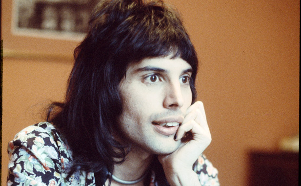Singer Freddie Mercury (1946 - 1991) of British rock band Queen in London, England in 1974. (Photo by Michael Putland/Getty Images)